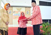 Wali Kota saat memberi penghargaan kepada penerus Kartini.