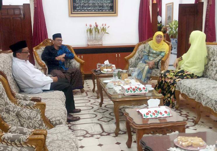 Mensos Khofifah ketika ditemui Bupati Hj Tantriana Sari beserta H Hasan Aminuddin di Rumdin Bupati.