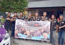 Tim sukarelawan Wartapos foto bersama sebelum membagikan takjil