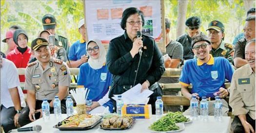 Menteri KLH, Siti Nurbaya saat berada di kabupaten Probolinggo