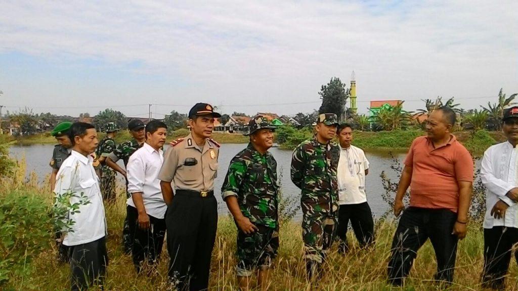 Rombongan kegiatan meninjau waduk Desa Jogodalu