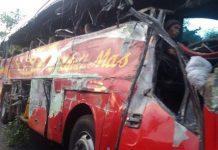 Kondisi bus Medali Mas yang terlibat kecelakaan dengan truk di kec. Gending Kab Probolinggo