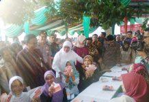 Mensos Khofifah Indar Parawansa bersama Bupati Tantri saat memberikan bantuan PKH dikec Tongas