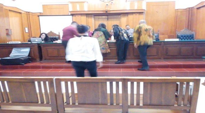 Tengah Trisulowati Alias Chin Chin bersama Gunawan serius melihat bukti-bukti di depan Hakim Ketua Maxi Sigarlaki.SH.MH