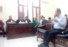 Kiri:Ahli Pidana Dari Unair Prof.Nur Winarno.SH menjelaskan status terdakwa, Kanan:Mr.Chen Yen Saksi Dari China saat Di Wawancarai Wartapos