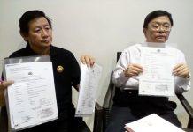Kanan: Ponggowo Baju Putih korban penipuan, Kiri: Relasinya Ketua Persatuan Jurnalis Indonesia (PJI),saat memegang beberapa bukti lapor Polisi Di Polda Jatim dan Surat SP2HP