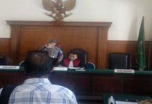 Hakim tunggal Pujo Saksono.SH.MH membacakan putusan pra peradilan henry j Gunawan, Di saksikan Darwis.SH selaku Kuasa Hukum Kejaksaan Tinggi dan Kejari Surabaya