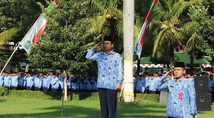 Bupati Lumajang saat menjadi inspektur upacara