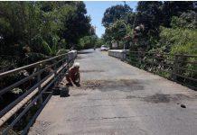 jembatan widuri yang menuju jalan poros ke Cermee Bondowoso Memprihatinkan