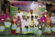 RT.02 Hadi Siswanto di dampingi Taqmir Masjid M. Djoyo dan Masraji memberikan santun pada anak yatim.