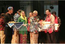 WARISAN BUDAYA : Kepala Disdik Kaltara Sigit Muryono mewakili Gubernur Kaltara Dr H Irianto Lambrie menerima sertifikat WBTB untuk 3 karya budaya dari Kaltara dari Mendikbudi Muhadjir Effendy di Gedung Kesenian Jakarta