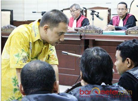 TIDAK AJUKAN EKSEPSI: Kabil Mubarok konsultasi dengan tim penasihat hukumnya usai mendengar dakwaan dari JPU KPK dalam persidangan di Pengadilan Tipikor Surabaya, Jumat (17/11).