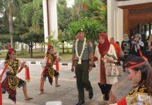 Penyambutan kedatangan Pangdam V/Brawijaya Mayjen Arif Rahman,M.A dengan tarian remo jawa timur.