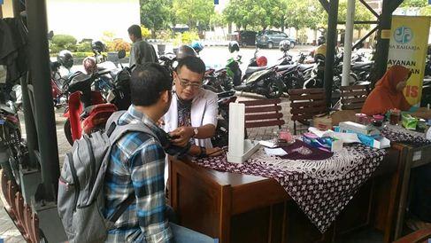Petugas medis Jasa Raharja yang melayani pengecekan kesehatan serta pengobatan massal di sekitar kantor Samsat Kraksaan.