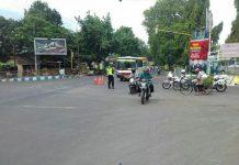 Satlantas Polres Probolinggo kota ketika merekayasa arus lalu lintas di simpang 4 Pilang