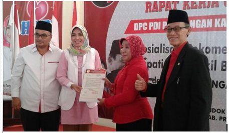 Tantriana sari saat menunjukkan surat rekomendasi DPP PDI-P atas dukungan sebagai calon bupati Probolinggo periode 2018-2023