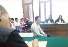 Sidang terdakwa Salim duduk ketika mendengarkan putusan